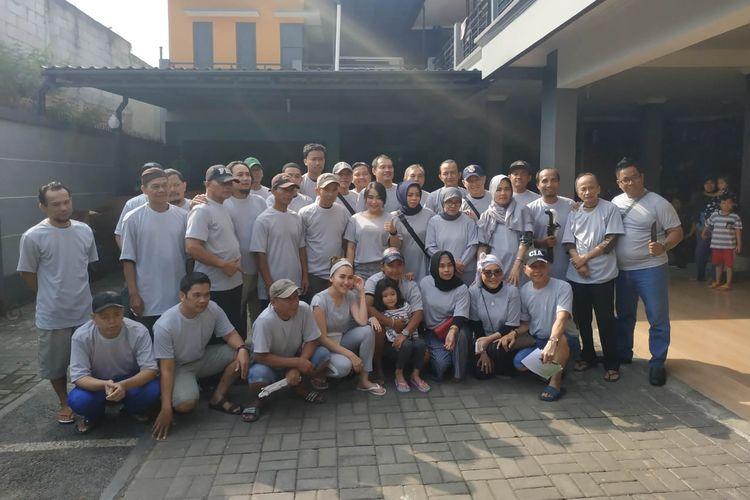Ayu Ting Ting bersama keluarga dan seluruh tim kurbannya saat ditemui di kediaman Ayu, di kawasan Depok, Jawa Barat, Minggu (11/8/2019).