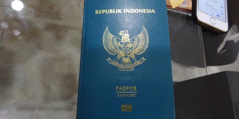 Ilustrasi: Tampak paspor elektronik yang diperlihatkan di Kantor Imigrasi Kelas 1 Khusus Bandara Soekarno-Hatta, Tangerang, Rabu (23/11/2016). Ada tanda-tanda kecil yang membedakan antara paspor biasa dengan paspor elektronik, termasuk dengan ketebalan paspor yang berbeda.