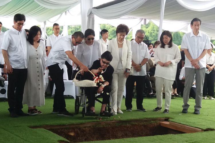 Keluarga melepas kepergian Dr (HC) Ir Ciputra ke tempat perisitirahatan terakhir di Pemakaman Keluarga Ciputra, Jonggol, Kabupaten Bogor, Kamis (5/12/2019).