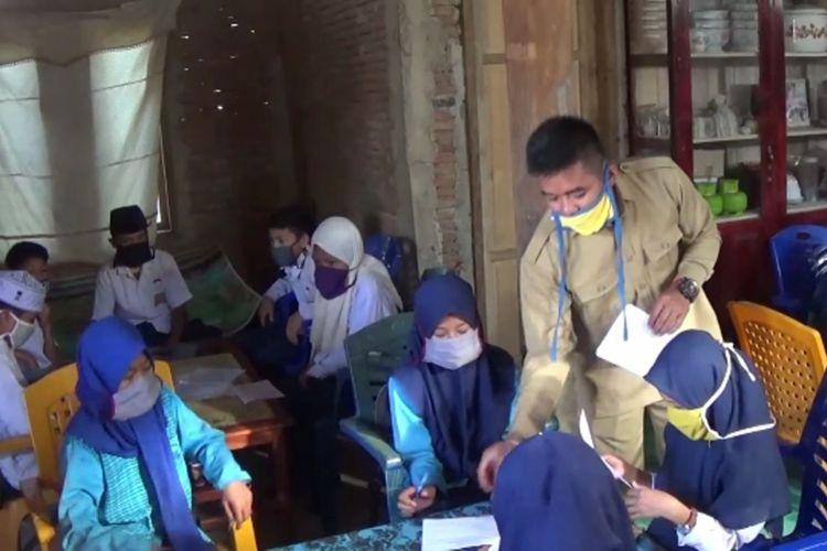 Sekolah Ditutup Sejak Covid-19, Siswa Madrasah Numpang Ujian di Rumah-Rumah Warga