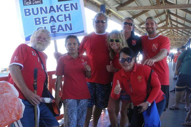 Wisatawan mancanegara dari beberapa resort dan dive center yang terlibat dalam kegiatan Malendong Bersih-bersih Bunaken, di kawasan Taman Nasional Bunaken, Sabtu (28/4/2018)