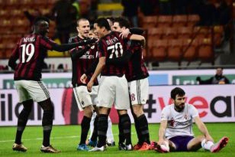 Para pemain AC Milan merayakan gol ke gawang Fiorentina pada laga lanjutan Serie A di Stadion San Siro, Minggu (17/1/2016) waktu setempat.