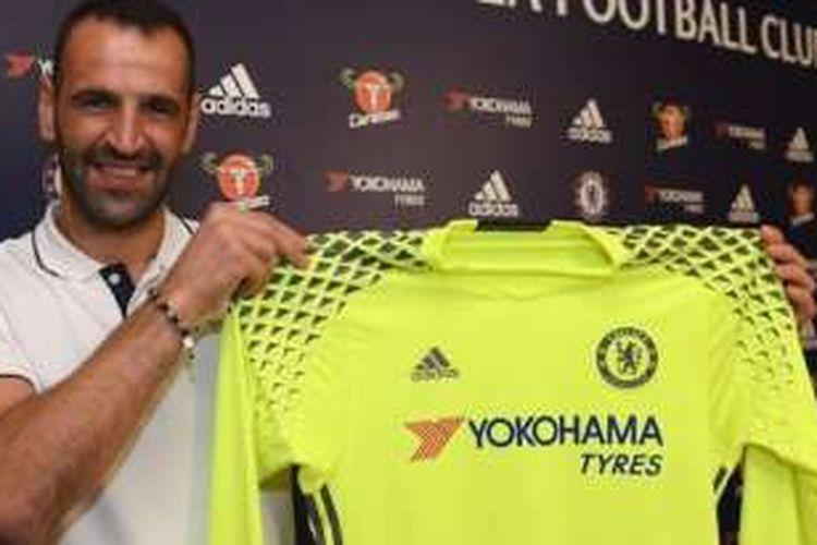 Kiper Eduardo dos Reis Carvalho resmi berlabuh di Chelsea dengan ikatan kontrak berdurasi satu tahun, Rabu (24/8/2016).