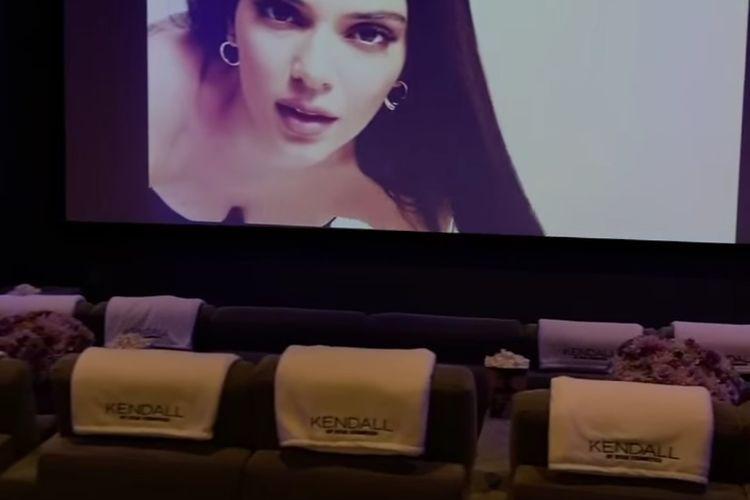 Kylie Jenner menyulap basement rumahnya menjadi bar dan bioskop kecil untuk peluncuran koleksi kolaborasi Kylie Cosmetics bersama Kendall Jenner.
