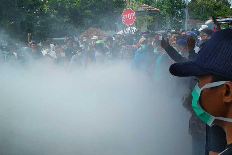 Masyarakat Kabupaten Natuna terus melakukan unjuk rasa menolak WNI dari Wuhan, China dikarantina di Kabupaten Natuna. Bahkan belakangan unjuk rasa tersebut nyaris anarkis saat beberapa warga membakar ban mobil dan diletakan ditengah jalan menunu bandara.