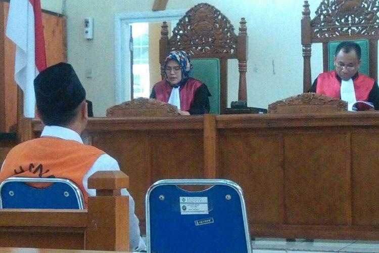 Wawan (menggunakan rompi tahanan) saat menjalani sidang pembacaan vonis di Pengadilan Negeri Garut, Senin (13/11/2017) dengan Ketua Majelis Hakim Endratno Radjamai.