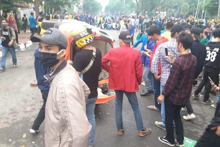 Mobil Pam Obvit milik Polresta Palembang dirusak massa aksi demo penolakan RUU Omnibus Law Cipta  Kerja yang berlangsung di depan gedung DPRD Sumsel, Rabu (8/10/2020l).