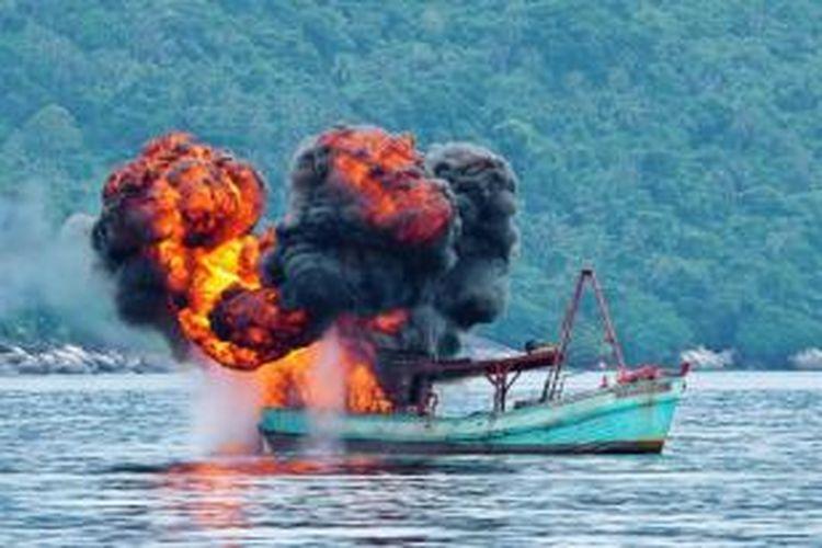 Kapal milik nelayan asing ditenggelamkan TNI AL, di Perairan Anambas, Kepulauan Riau, Jumat (5/12/2014). Sebanyak tiga kapal Vietnam yang ditangkap TNI AL ditenggelamkan sebagai sikap tegas pemerintah Indonesia terhadap aksi pencurian ikan yang merugikan negara hingga Rp 300 triliun per tahun.