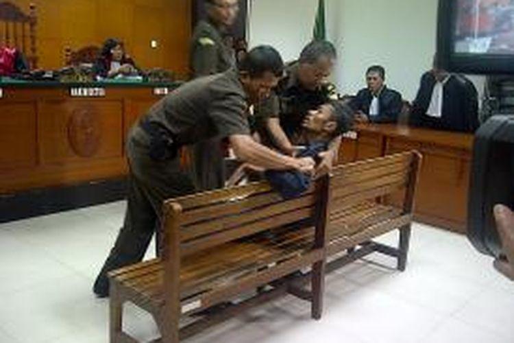 Sidang vonis Benget Situmorang, pemutilasi istri yang jasadnya dibuang di tol Cikampek, kembali ditunda, Senin (30/9/2013). Benget mengaku sakit sesak napas dan paru-paru sehingga tidak bisa menjalani sidang hari ini.