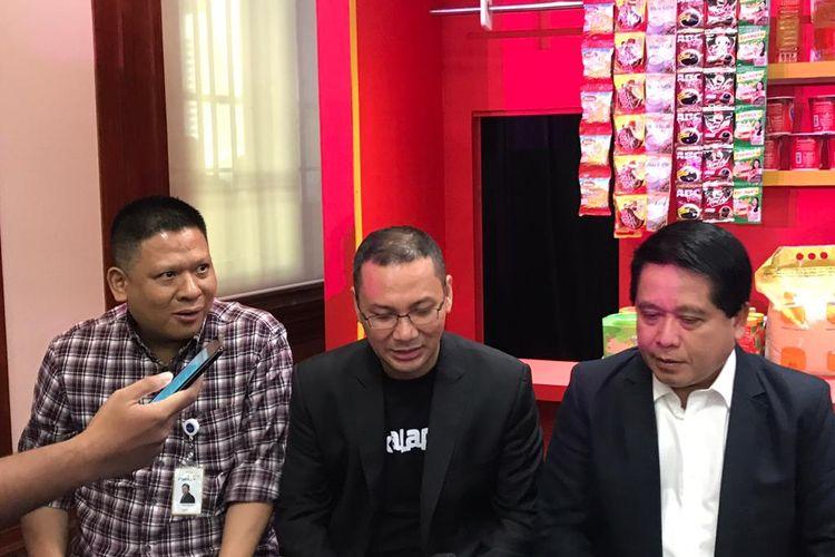 CEO Bukalapak (tengah) Rachmat Kaimuddin dan Direktur Hubungan Kelembangaan Bank Mandiri Donsuwan Simatupang di Jakarta, Senin (10/2/2020).