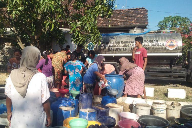 Warga di Lamongan yang mulai kesulitan air bersih, mendapat pasokan air bersih dari BPBD Lamongan.