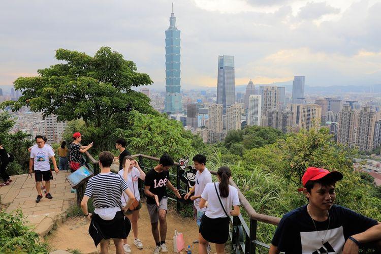 Pengunjung terlihat di salah satu obyek wisata yang ada di Taiwan, yakni Six Giant Rocks Passing di Pegunungan Gajah di Taipei.