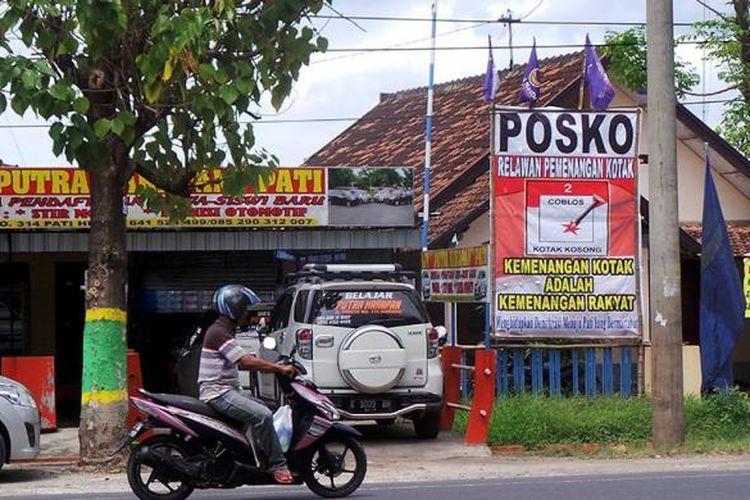 Poster dukungan terhadap kotak kosong terbentang di depan posko relawan pemenangan kotak kosong, Jalan Juwana-Pati, Kabupaten Pati, Jawa Tengah, Jumat (13/1/2017). Pati merupakan satu dari delapan daerah penyelenggara Pemilihan Kepala Daerah (Pilkada) 2017 yang hanya memiliki satu pasangan calon. Saat pemilihan, warga Pati dapat memilih pasangan Haryanto-Saiful Arifin atau kotak kosong.