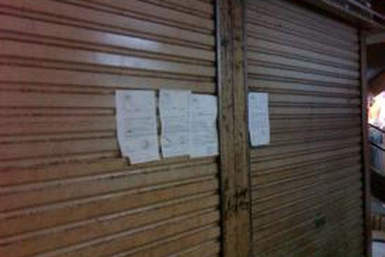 Sebuah kios di Pasar Blok F Pasar Tanah Abang, Jakarta Pusat, yang disegel oleh PD Pasar Jaya akibat pemiliknya yang enggan membayar uang Hak Penggunaan Tempat Usaha.