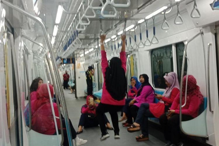 Sejumlah penumpang menunjukkan perilaku tidak tertib selama masa uji coba publik MRT Jakarta. Foto beredar luas di media sosial.