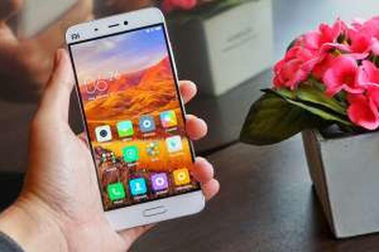 Xiaomi Mi5 dalam genggaman.