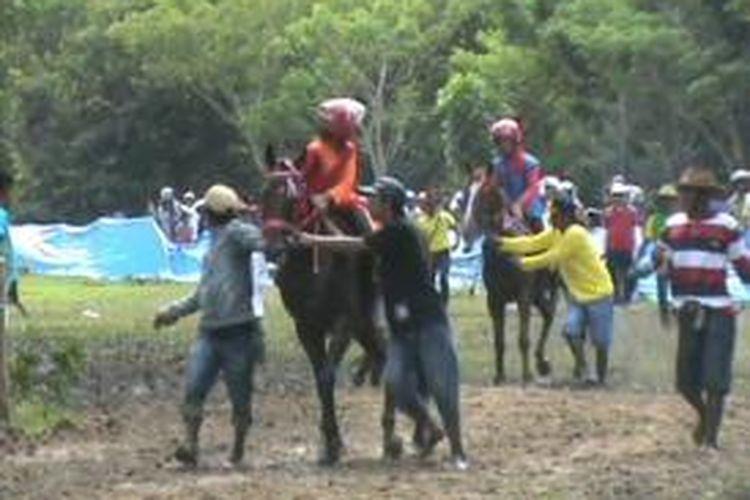 Lomba pacuan kuda bisa menjadi wahana mengisi waktu liburan anda. Menyenangkan sekaligus mendebarkan. Bagaimana tidak anda yang tidak terbiasa pacuan kuda tentu bukan perkara mudah menjadi peserta.