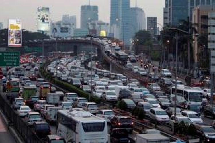 Kemacetan panjang saat jam pulang kerja terjadi di ruas Jalan Gatot Subroto, Jakarta, Jumat (13/9/2013). Gubernur DKI Jakarta Joko Widodo mengaku khawatir dengan kebijakan mobil murah yang digagas oleh pemerintah pusat.