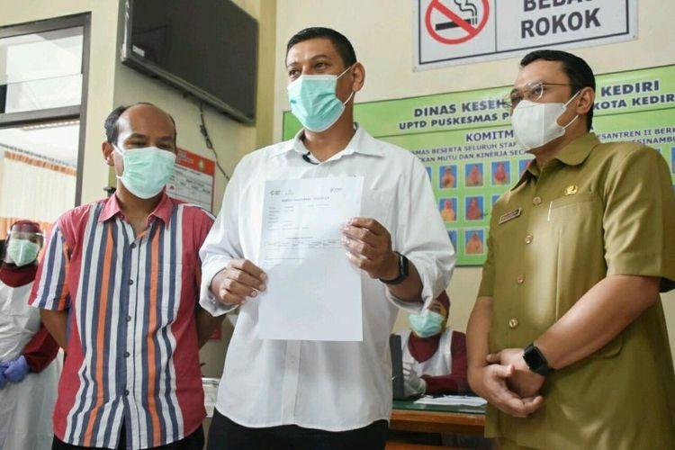 Wali Kota Kediri Abdullah Abu Bakar memantau simulasi pemberian vaksin COVID-19 di Puskesmas Pesantren II Kota Kediri, Jawa Timur, Senin (11/1/2021).