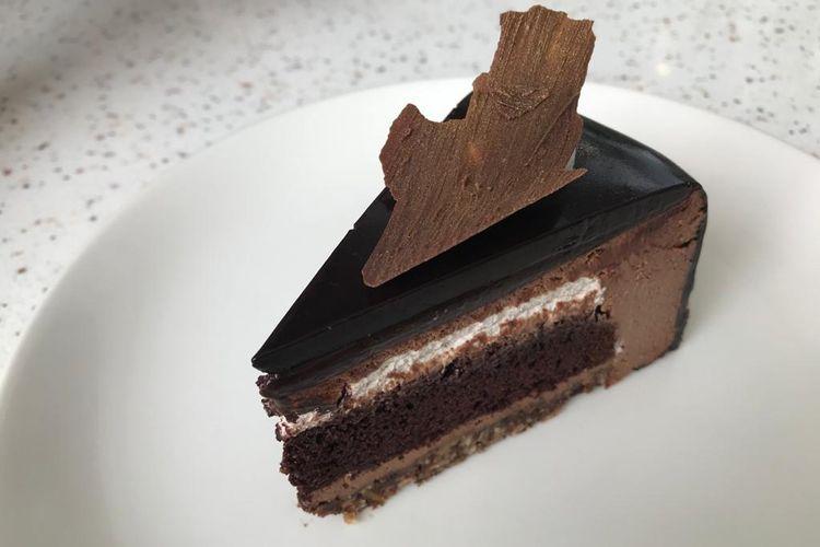 Vegan Chocolate Peanut Butter Cake dari The Harvest merupakan cake yang menggunakan berbagai bahan yang less sugar dan gluten free.