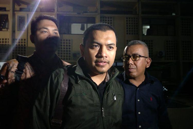Pengacara Munarman, Aziz Yanuar (tengah) di Polda Metro Jaya, Jakarta Selatan, Rabu (9/10/2019).