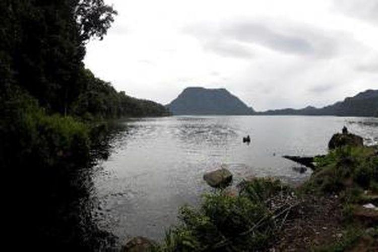 Panorama Danau Gunung Tujuh yang berada di kawasan Taman Nasional Kerinci Seblat, Desa Pelompek, Kecamatan Kayu Aro, Kabupaten Kerinci, Jambi, Sabtu (3/3/2012). Danau ini merupakan danau vulkanik yang dikelilingi oleh enam gunung, yaitu Gunung Hulu Tebo, Gunung Hulu Sangir, Gunung Mandura Besi, Gunung Selasih, Gunung Jar Panggang, dan Gunung Tujuh.