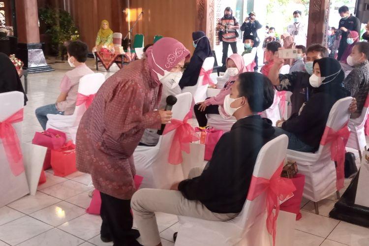 Menteri Sosial Tri Rismaharini memberi motivasi kepada anak yatim piatu korban Covid-19.