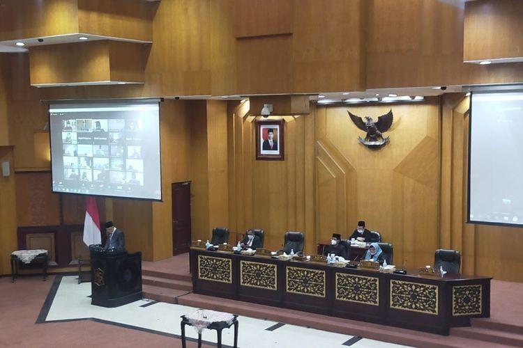 Wali Kota Surabaya Eri Cahyadi mengikuti Rapat Paripurna yang berlangsung di Gedung DPRD Kota Surabaya, Senin (24/5/2021).