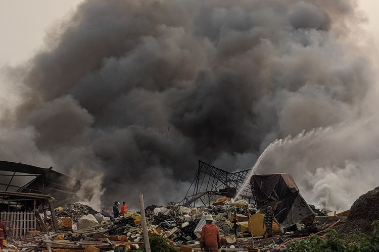Kebakaran di Pabrik Limbah Plastik di Dekat Bandara Soekarno Hatta