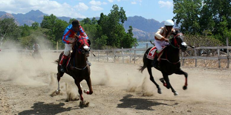 Dua ekor kuda yang sedang berpacu dalam lomba pacuan kuda memperebutkan Bupati Timor Tengah Utara Cup di Pantai Tanjung Bastian, Minggu (6/8/2017).
