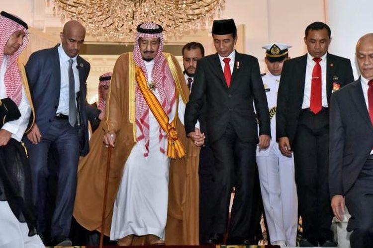 Presiden Joko Widodo dan Raja Arab Saudi Salman bin Abdulazis al-Saud menuruni tangga di Istana Kepresidenan Bogor, Jawa Barat, Rabu (1/3/2017). Presiden Jokowi menghantarkan kepergian Raja Salman dari Istana Bogor.