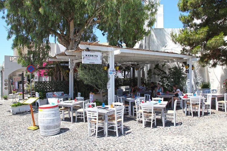 Ilustrasi Yunani - Kafe di tengah Desa Megalochori.