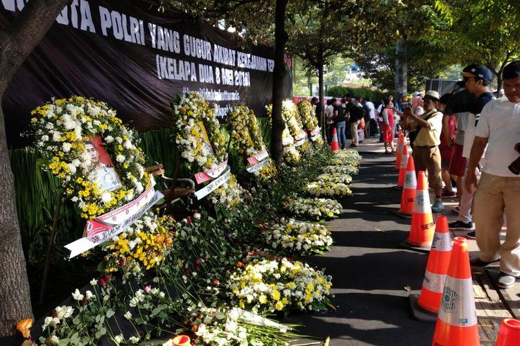 Karangan bunga dengan enam foto korban kerusuhan Mako Brimob dipadati warga saat CFD M8nggu (13/5/2018)