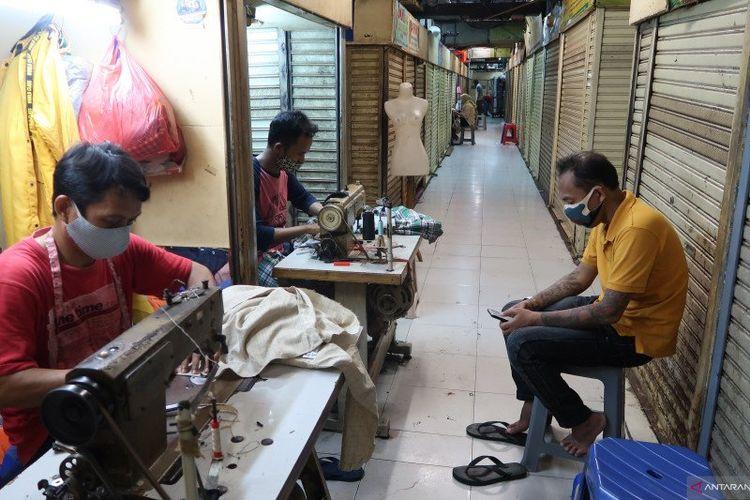Penjahit yang biasa memermak pakaian jelang Lebaran di Plaza Metro Atom sepi order karena pandemi Covid-19.