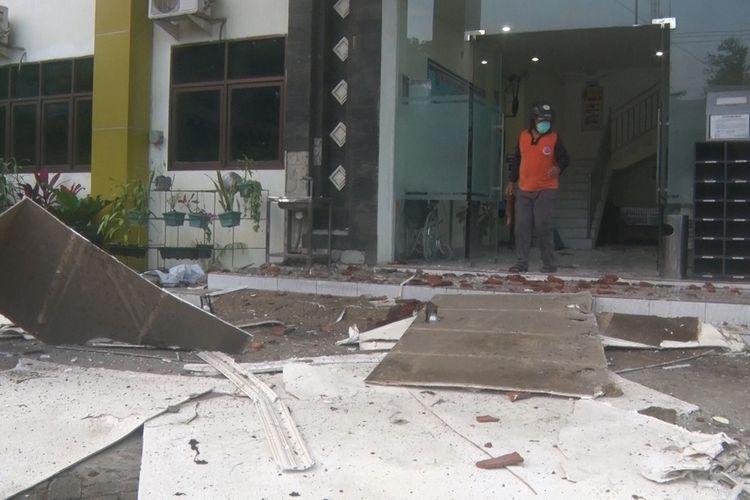 Kantor kecamatan Durenan Trenggalek Jawa Timur, mengalami kerusakan parah akibat gempa bumi yang berpusat di Barat Daya Kabupaten Malang Jawa Timur,(10/04/2021).