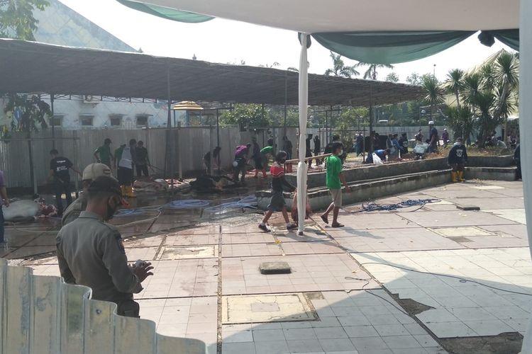 suasan pemotongan hewan Kurban di masjid At-Tin, Taman Mini, Jakarta Timur, Jumat (31/7/2020)