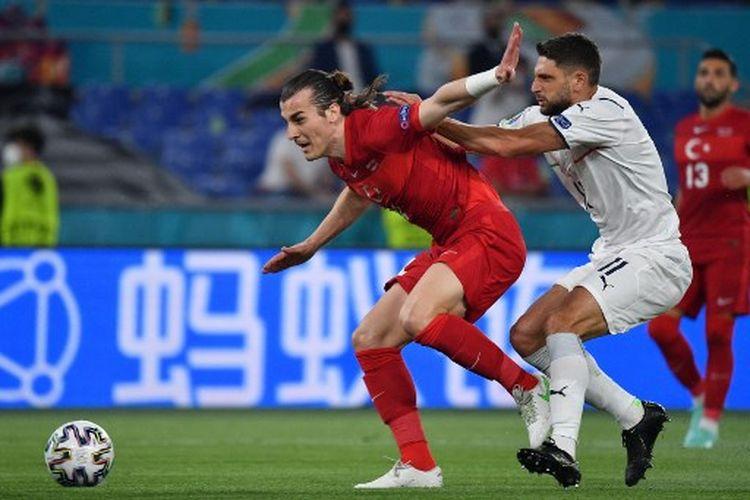 Caglar Soyuncu (kiri) berduel dengan Domenico Berardi (kanan) pada laga pembuka Euro 2020 yang mempertemukan Italia vs Turki di Stadion Olimpico, Sabtu (12/6/2021) dini hari WIB.