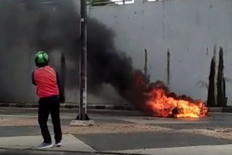 Pengendara ojek online mengambil video peristiwa motor terbakar di Terowongan Pasar Gembrong, Kecamatan Jatinegara, Jakarta Timur, Senin (9/3/2020).