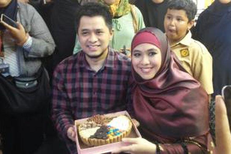 Oki Setiana Dewi (kanan) dan suami (kiri) saat pembukaan salah satu toko busana muslimnya di Pusat Grosir Tanah Abang, Jakarta Pusat, Rabu (2/12/2015).