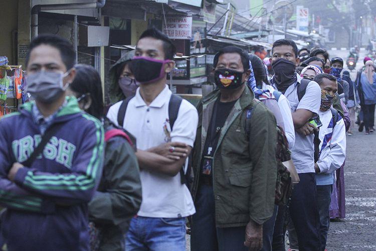 Antrean calon penumpang KRL Commuter Line mengular hingga ke jalan di Stasiun Depok Lama, Depok, Jawa Barat, Selasa (14/4/2020). Antrean tersebut dampak dari kebijakan pembatasan jumlah penumpang di setiap rangkaian kereta dalam rangka percepatan penanganan pandemi COVID-19.
