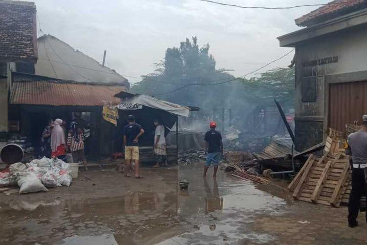 Kebakaran di pasar Srogo Brangsong Kendal. KOMPAS.COM/SLAMET PRIYATIN