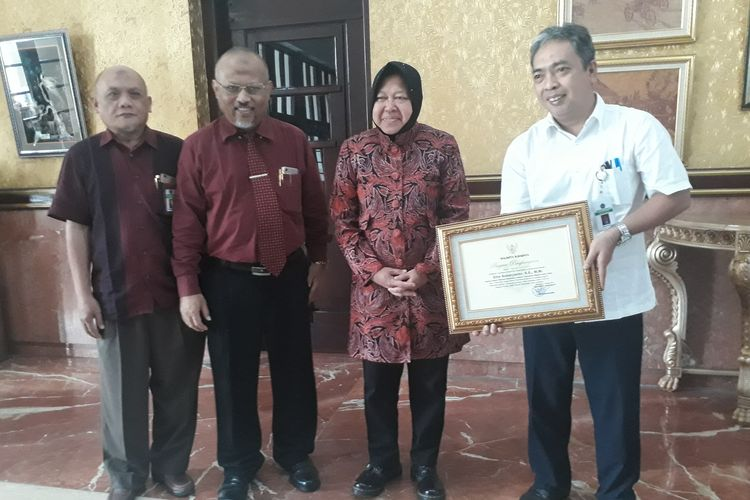 Wali Kota Surabaya Tri Rismaharini saat menerima proses penyerahan aset tanah dan bangunan yang diberikan oleh Kakanwil DJKN Provinsi Jawa Timur Etto Sunaryanto di ruang kerja Wali Kota Surabaya, Kamis (16/5/2019).