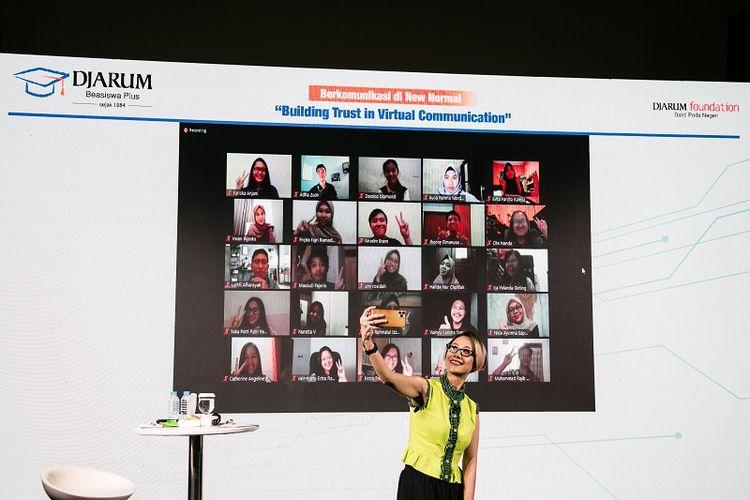 Rosianna Silalahi berfoto bersama para Beswan Djarum saat memberikan pelatihan soft skills online dalam Leadership Development Series, Jumat (12/6/2020).
