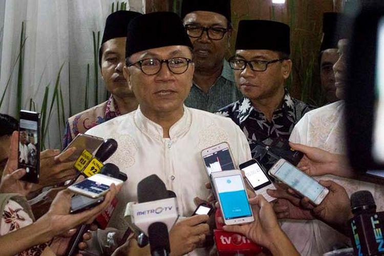 Ketua MPR RI Zulkifli Hasan memberikan keterangan pers usai melaksanakan acara buka puasa bersama dengan para petinggi lembaga negara di kediaman dinasnya, Jakarta Selatan, Jumat (2/6/2017) sore.