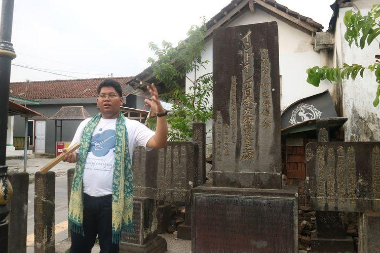 Louie Buana, tim ahli penyusun narasi legenda Borobudur UGM, tengah menceritakan kisah di balik monumen persahabatan Indonesia-Jepang di sebelah barat Candi Mendut, Rabu (13/11/2019).