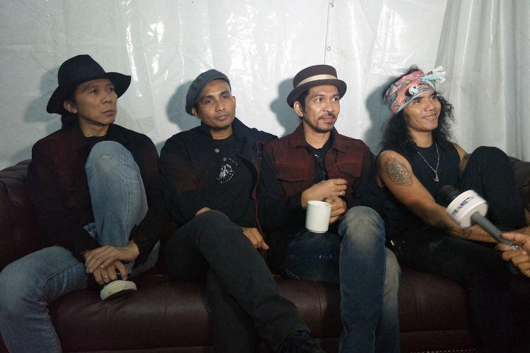 (Dari kiri) Bimbim (drum), Ivanka (bass), Ridho (gitar) dan Kaka (vokal) yang tergabung dalam grup band Slank saat ditemui usai tampil di Sweet 17 Trans Media di lapangan Sunburst BSD City, Tangerang, Sabtu (15/12/2018).