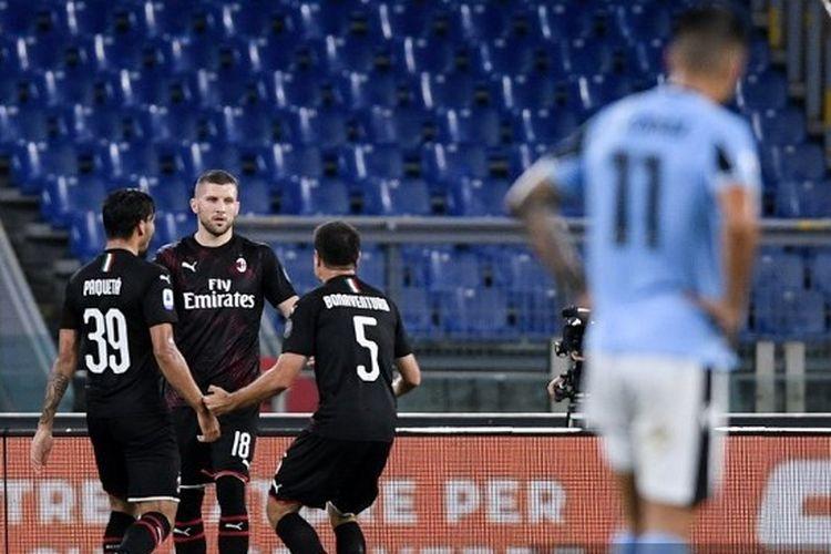 Striker AC Milan Ante Rebic merayakan golnya ke gawang Lazio bersama Lucas Paqueta dan Giacomo Bonaventura pada lanjutan pekan ke-30 Liga Italia di Stadion Olimpico, Roma, Minggu (5/7/2020) dini hari WIB.