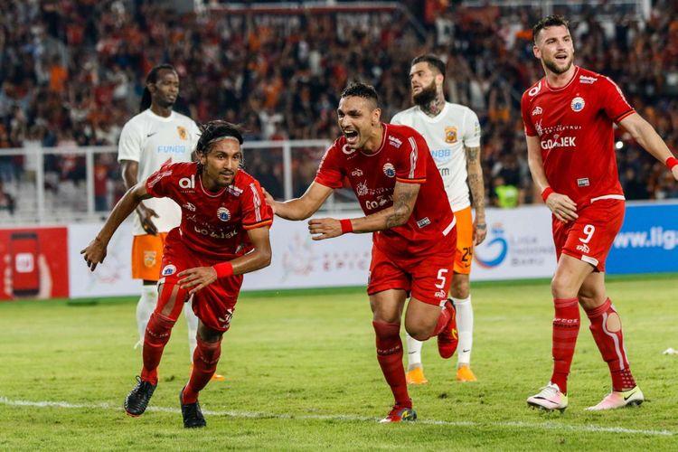 Pemain Persija Jakarta merayakan gol Rohit Chand saat Liga 1 2018 di Stadion Utama Gelora Bung Karno, Jakarta, Sabtu (14/4/2018). Persija menang dengan skor 2-0.