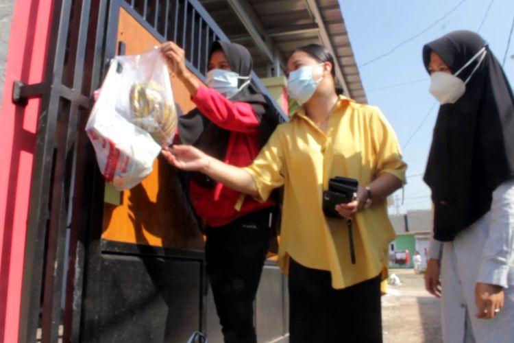 Warga perumahan Prima Nagrak Nusantara, Kabupaten Cianjur, Jawa Barat, memasok makanan kepada tetangga mereka yang sedang menjalani isolasi mandiri karena terpapar Covid-19, Jumat (9/7/2021).