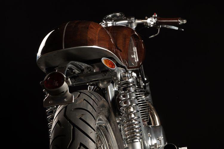 Motor custom Yamaha XS650 bergaya cafe racer dengan bodi monokok dari kayu
